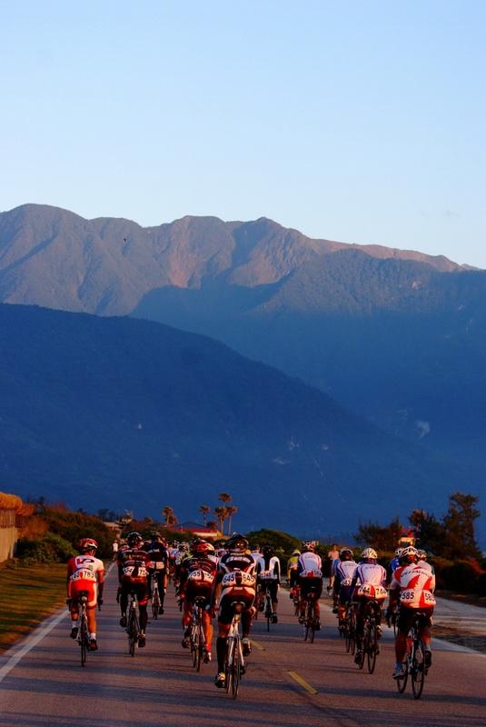 对爱好自行车运动的运动者而言,山是一种挑战,山是一个目标,山是一种精神,骑上山巅是一种自我实现。台湾登山王从太平洋滨花莲七星潭,经太鲁阁高耸深邃的高山峡谷、直达台湾公路最高点合欢山/武岭,从海平面到海拔3275米,全长100公里。路程穿越深谷直达高山顶端、通过多次不同气候地带、历经曲折蜿蜒的弯道,攀登至山顶,是全世界少有的困难路线。(台湾自行车骑士协会供图)