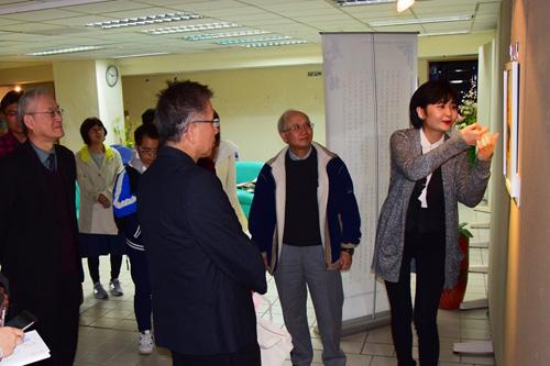 曹璇为台湾观众介绍她的艺术作品。摄影:郭子正