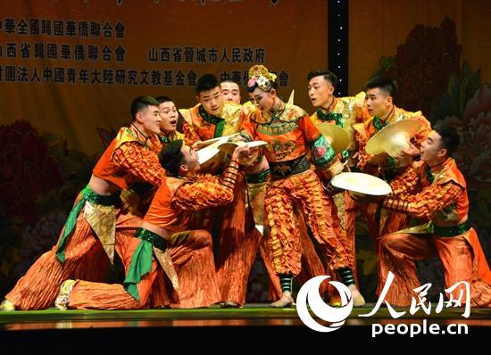 山西华晋舞剧团表演舞蹈《打酸枣》。