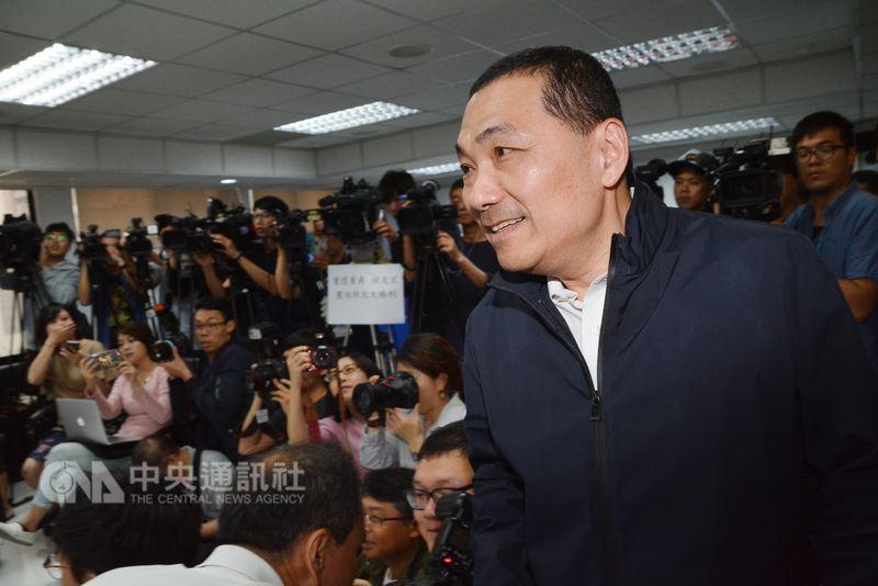 前新北市副市长侯友宜(前右)在国民党新北市长初选民调胜出。