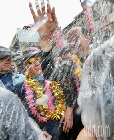 台新北市举行泼水节马英九朱立伦同场被泼戚薇邱泽