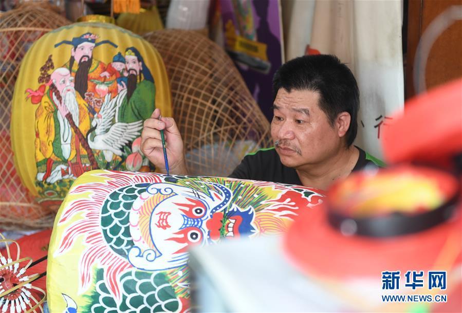 吴怡德在绘制灯笼图案(4月23日摄)。