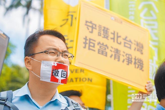 图为环团日前在政院前抗议,吁撤回深澳电厂案。(本报资料照片)