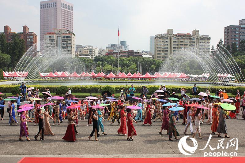 在台大陆配偶团体举办旗袍秀庆祝母亲节