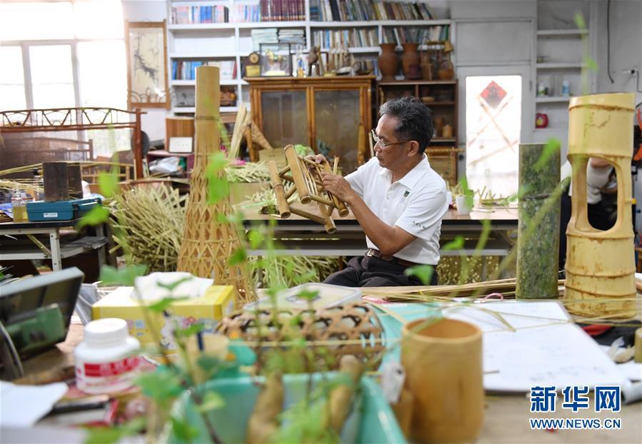 5月21日,南投县竹籁文创的赖进益在制作毛竹生活用品。
