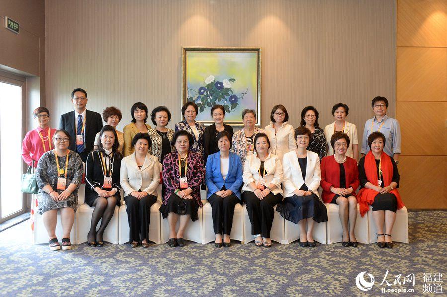 会前,沈跃跃会见了出席海峡妇女论坛的台港澳嘉宾