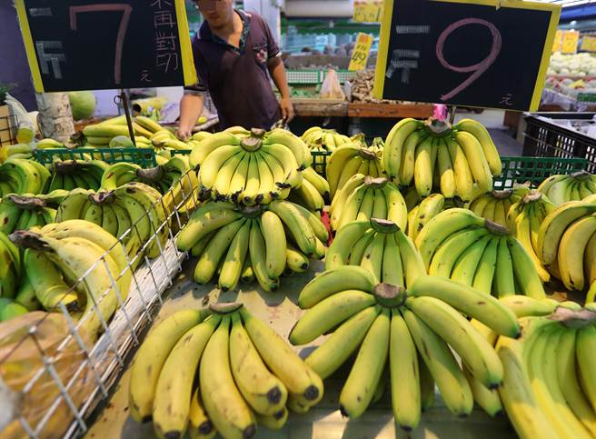 """台当局""""农委会""""驳香蕉菠萝价崩盘 网友:把大家都当傻蛋?"""