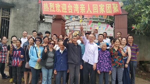 川籍台湾老兵后代在四川眉山仁寿县的老家与邹氏亲人团聚。(图片来源:四川省台办)