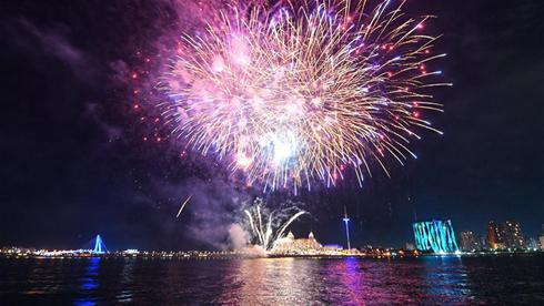 台湾淡水渔人码头举办烟花秀  喜迎中秋佳节