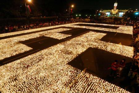 """红衫军在凯达格兰大道集会,点燃蜡烛排出""""屁""""字表达诉求.-红衫"""