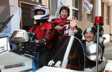 王金平美女笔挺搭乘美女的摩托车过干瘾--台湾西装奶头|图片