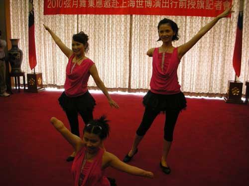 """""""弦月舞集""""成员表演舞蹈。徐蕾摄"""