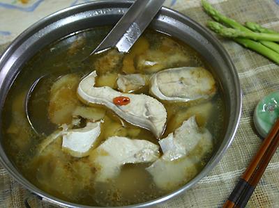 菜脯,白蒜及调味料等,压成扁平圆形,用油煎成香Q鲨鱼饼,是极佳配酒