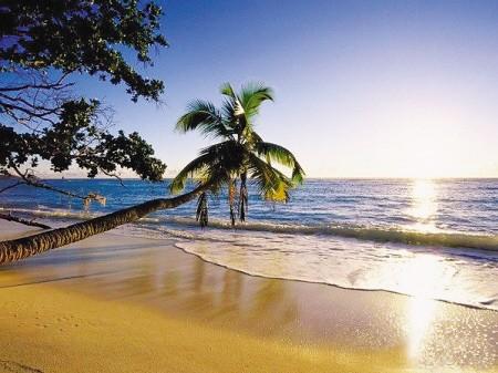 统称澎湖列岛,极东是查某屿;极西是花屿;极南是七美岛;极北是目斗屿